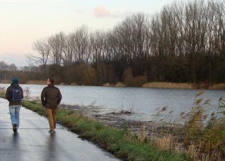 Wandelaars op Schelde dijk